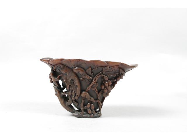 COUPE libatoire en corne de rhinocéros à décor sculpté de loirs
