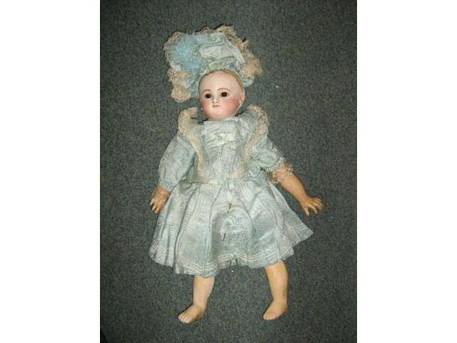 (ST2816) Une poupée française avec une tête en biscuit pressé,