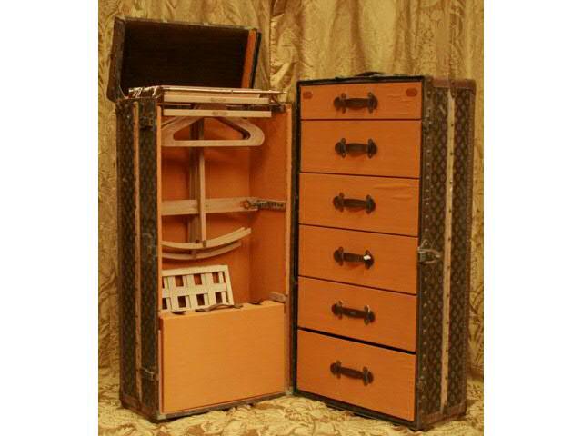 Malle VUITTON « WARDROBE » ou « Malle cabine ». Six tiroirs, penderie