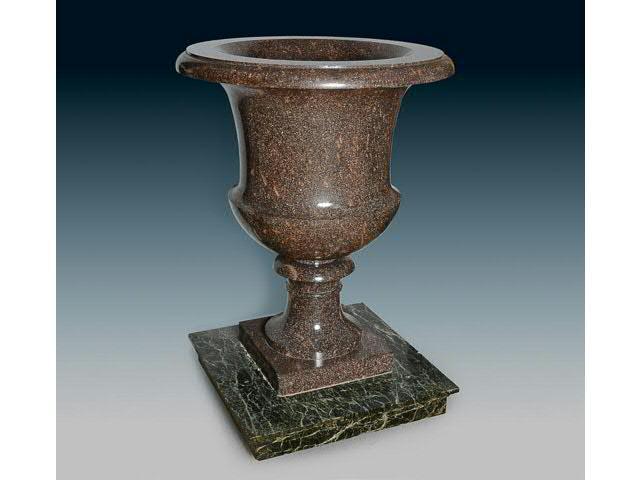 Vase en porphyre de Suède de forme « Médicis » à piédouche.