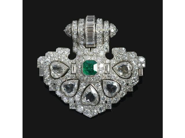 Un important clip en platine et diamants, serti de cinq diamants en
