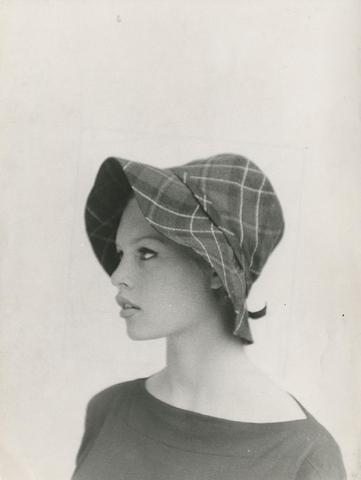 Brigitte Bardot Portrait au chapeau cloche, c. 1963 Tirage argentique